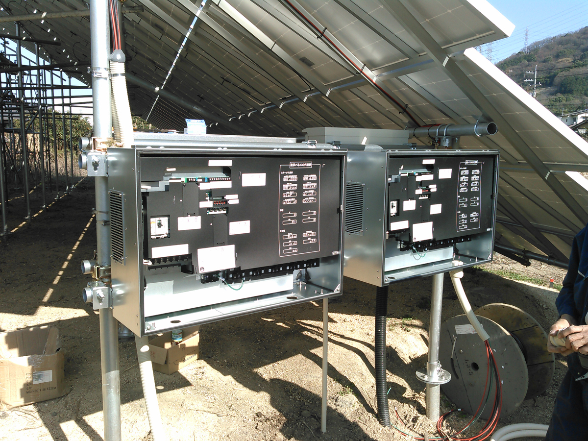 SPI太陽光3号発電所、パワーコンディショナ取付け作業(2)